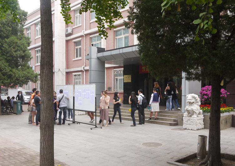 留学生管理事務所。入学登録など留学生活はここからスタート