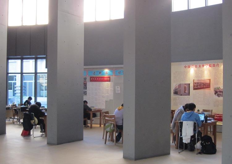 研修センターには開放感たっぷりの自習スペースもあり