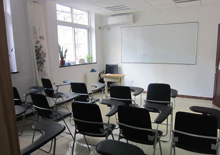 2011年に改装された教室や宿舎は、きれいで明るい