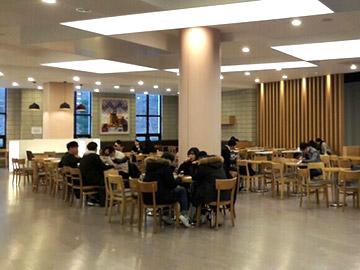 ▲学内のカフェでは、遅くまで勉強をしている学生や集まってグループワークをする学生をよく見かけます!