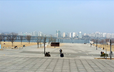 ▲トウミのグループで漢江公園へ