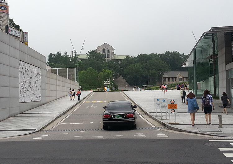 2号線「梨大(イデ)駅」2番3番出口から正門までは歩いて10分ほど
