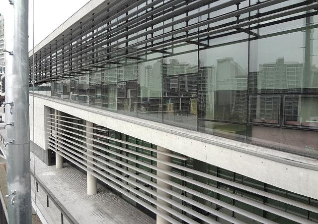なんとこの学生会館、ガラス張りの作りになっているので、学生会館からサッカー場を観ることができるのです!