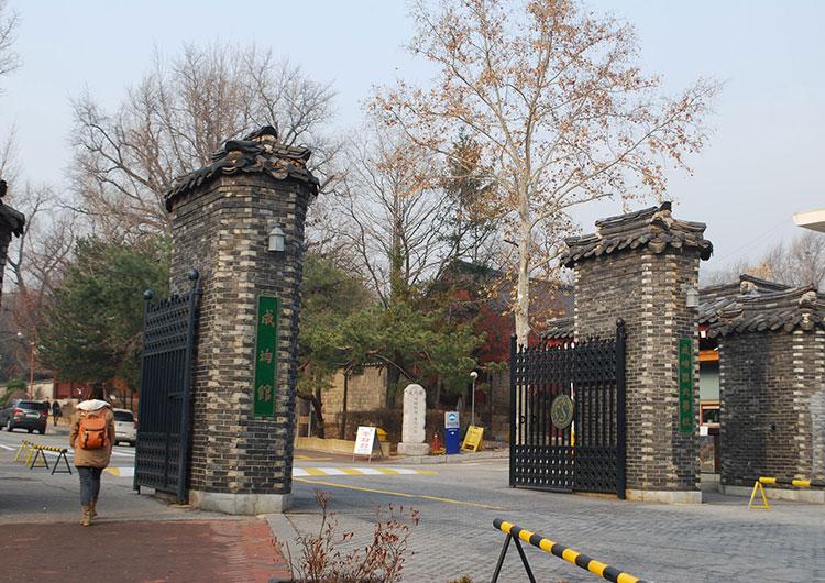 懐かしい昔の正門。今は撤去されています。