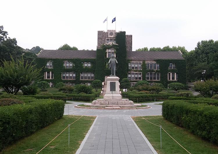 本館である「アンダーウッド館」。前には創始者の像があります