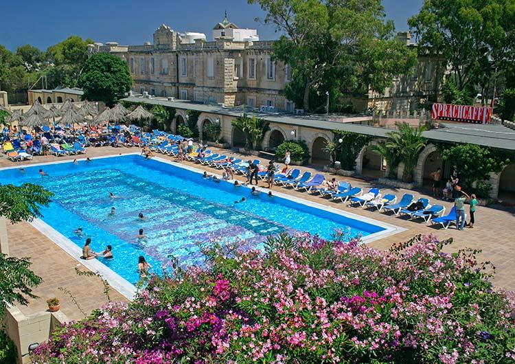リゾート地らしくプール施設などが整っている学校があるのも特徴