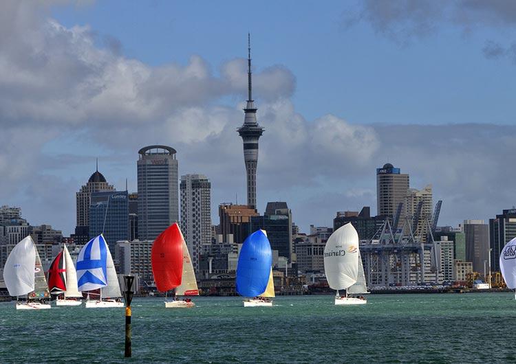 ヨットの帆が映える街