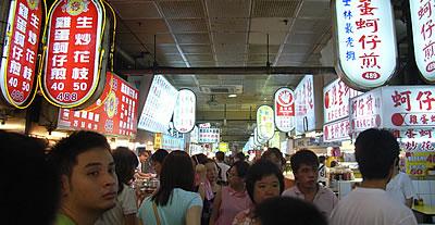 ▲夜市を彩る繁体字の看板。画数の多さに落ち着くようなら、もう台湾のとりこ。