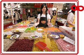 ▲縁起の良いお菓子や果物をゲットします!