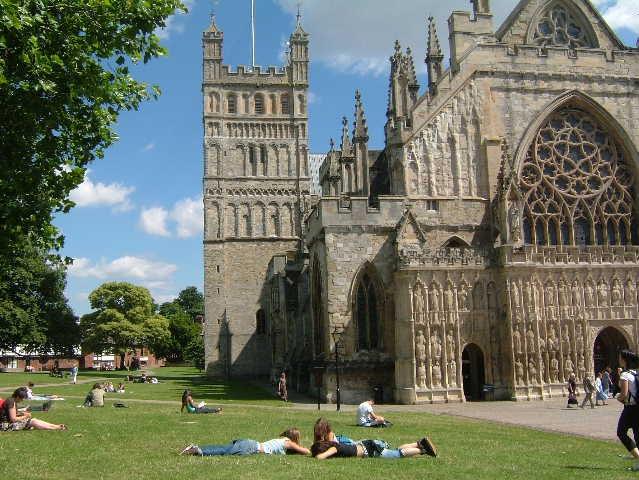 大聖堂の芝生でくつろぐ地元の人々