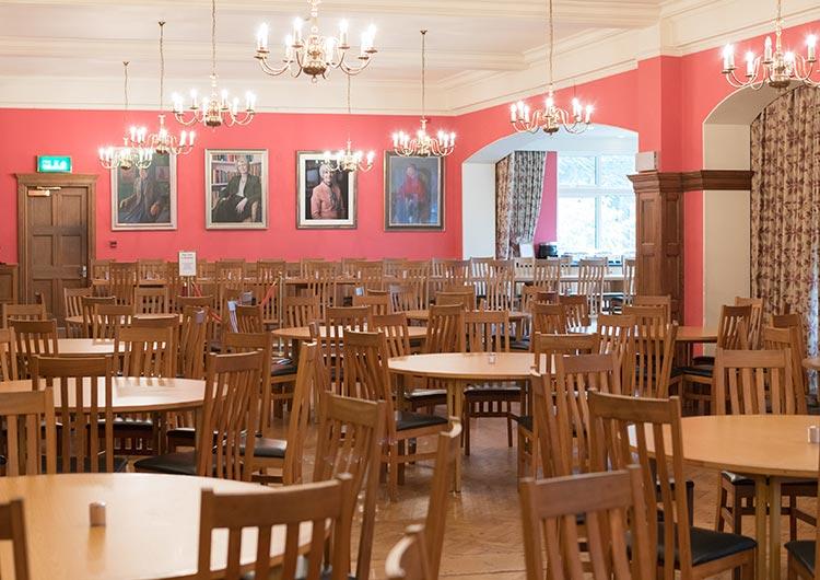 食事は伝統的で美しい食堂を利用します。