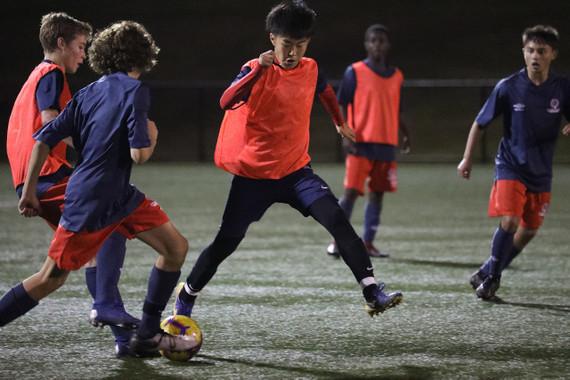 芝のグラウンドでサッカートレーニング