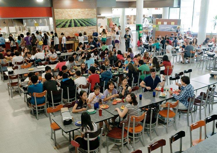 広々とした大学寮のカフェテリア