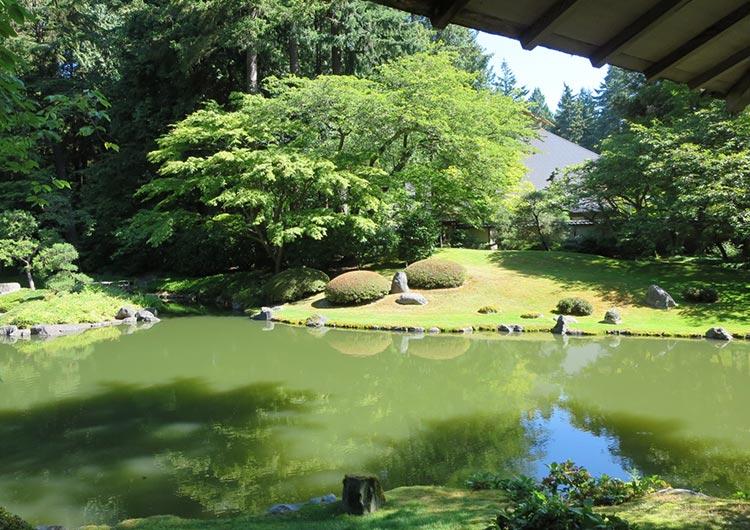 大学内にある日本庭園
